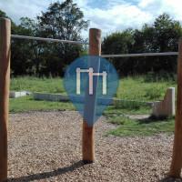 Brey - 户外单杠 at a playground - Campingplatz